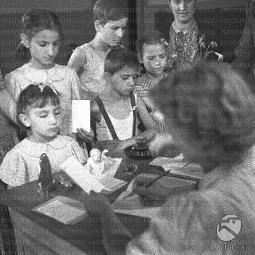 Bambini In Divisa Pranzano Seduti Intorno Ad Un Tavolo Nel Cortile Della Scuola Archivio Storico Istituto Luce