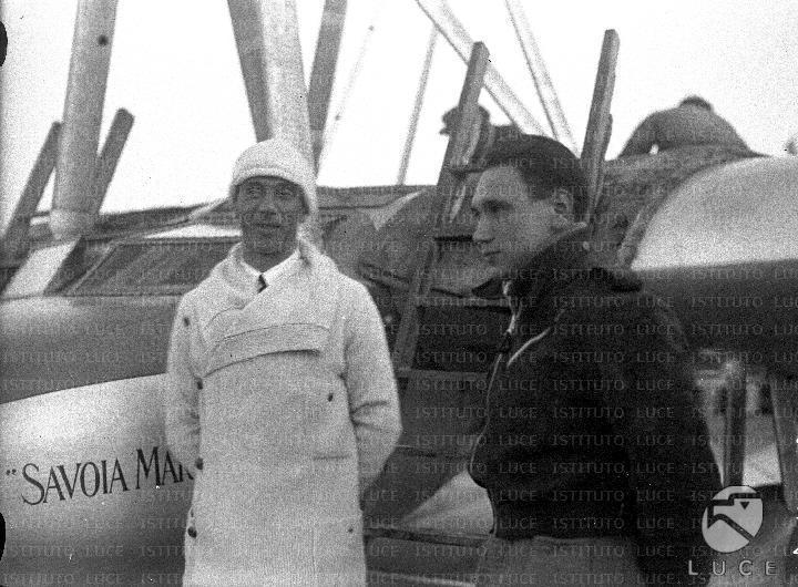 Umberto Maddalena sorridente davanti ad un Savoia Marchetti ...