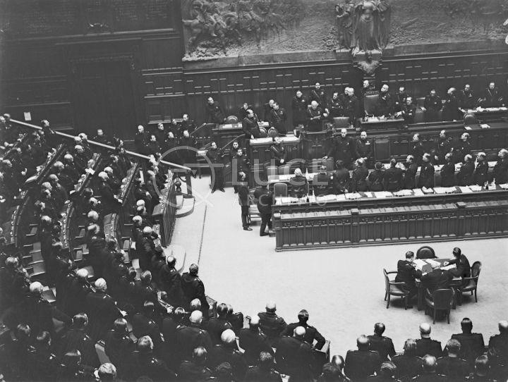 Discorso Camera Mussolini : Mussolini durante un discorso ai membri della camera dei deputati in