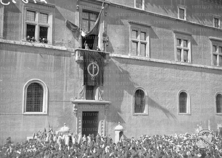 FOTO ATTUALITÀ / XVIII ANNUALE DELLA FONDAZIONE DEI FASCI DI COMBATTIMENTO - MUSSOLINI PARLA AL POPOLO DAL BALCONE DI PALAZZO VENEZIA