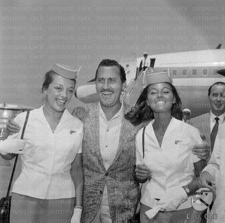 Alberto Sordi, all'Aeroporto di Fiumicino in partenza con la ...