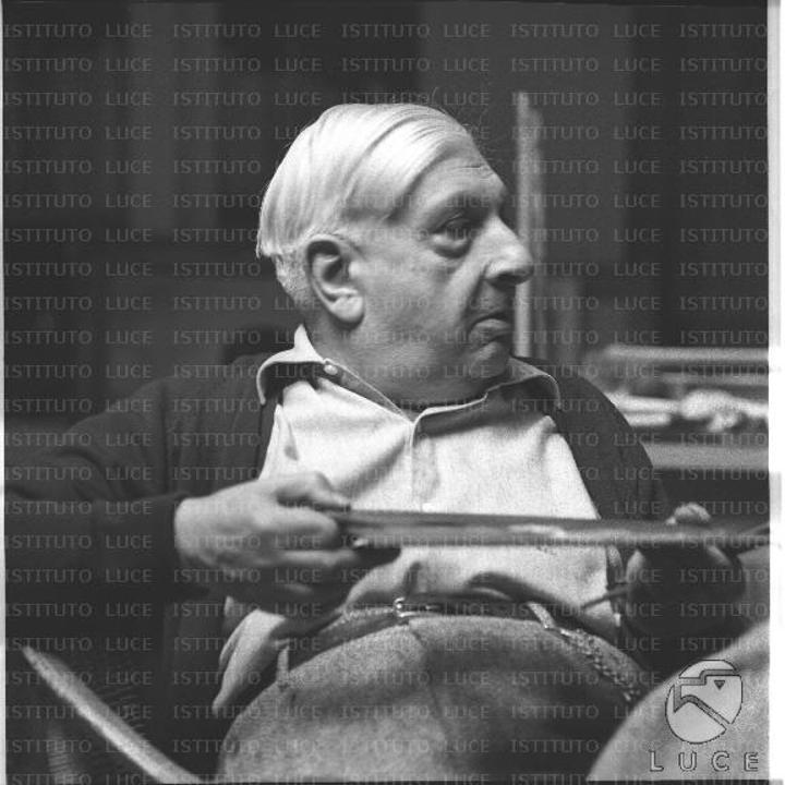 Il pittore Giorgio De Chirico nella sua casa - Archivio